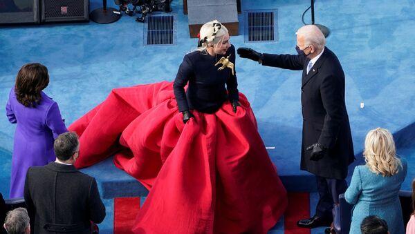 Lady Gaga y Joe Biden durante la investidura - Sputnik Mundo