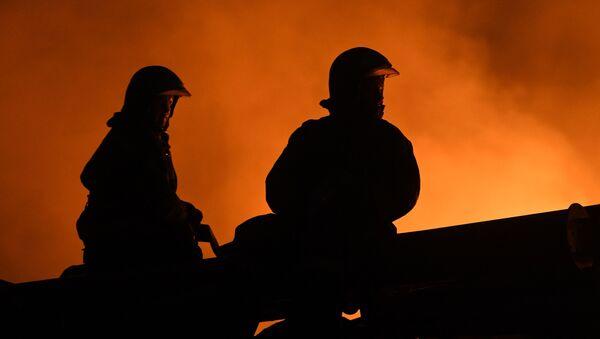 Dos bomberos intentan sofocar un incendio en Rusia - Sputnik Mundo