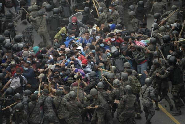 Los enfrentamientos entre los inmigrantes que se dirigen a EEUU desde Honduras y las Fuerzas de Seguridad de Guatemala en Vado Hondo.  - Sputnik Mundo