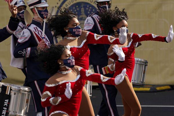 La orquesta Showtime de la Universidad Howard actúa antes del inicio del desfile en honor de la toma de posesión del presidente de EEUU, Joe Biden. - Sputnik Mundo