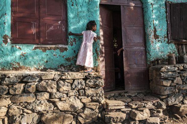 Una vecina pequeña de Gondar, Etiopía, cerca de su casa. - Sputnik Mundo