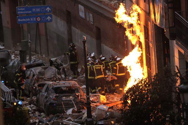 Los bomberos en el centro de Madrid, donde en uno de los edificios se produjo una explosión de gas.  - Sputnik Mundo