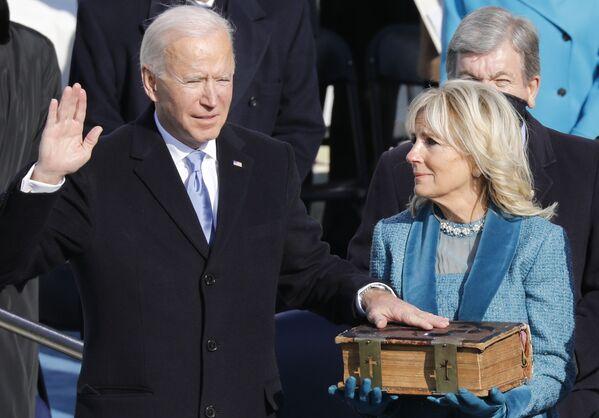 El presidente electo de EEUU, Joe Biden, con su esposa, Jill, durante la prestación de juramento.   - Sputnik Mundo