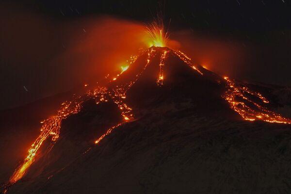La erupción del volcán Etna, en Italia. - Sputnik Mundo
