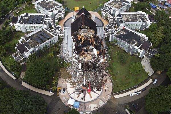Un edificio administrativo en la ciudad de Mamuju dañado como resultado de un terremoto en Célebes Occidental, una provincia de Indonesia.  - Sputnik Mundo