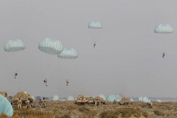 Unos paracaidistas iraníes durante los ejercicios militares en la costa del golfo de Omán. - Sputnik Mundo