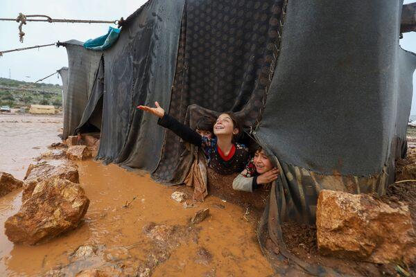 Varios niños juegan en un campamento para los desplazados de Umm Jurn, en Siria. - Sputnik Mundo