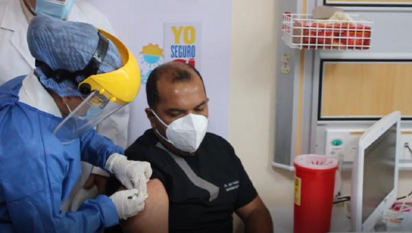 Trabajadores de la salud en Ecuador empiezan a recibir la vacuna de Pfizer - Sputnik Mundo