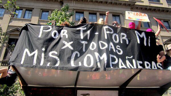 Pancarta en manifestación feminista en Santiago - Sputnik Mundo