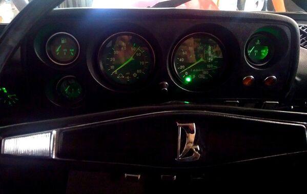 El panel de instrumentos del Lada 2121 que se fabricaba entre 1977 y 1994. Contaba con: velocímetro, tacómetro, manómetro de presión de aceite, indicador de temperatura de refrigerante y depósito de combustible. - Sputnik Mundo