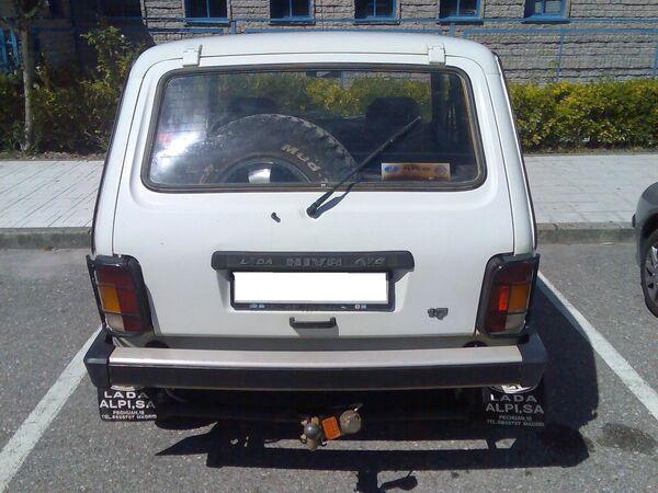 Lada Niva 2121 a partir de 1994. Los primeros modelos disponen de un portón trasero que no mordía la matrícula y dejaba un plano de carga relativamente alto, situación que fue corregida ese año con un nuevo portón posterior y unos nuevos pilotos. - Sputnik Mundo