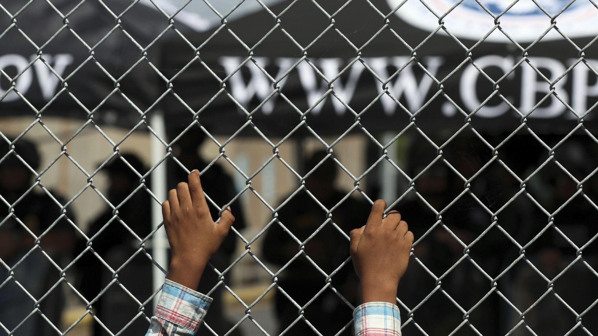 Migrante en la frontera entre EEUU y México (archivo) - Sputnik Mundo, 1920, 03.05.2021