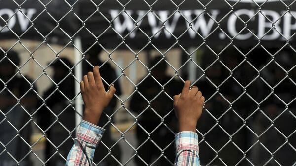 Migrante en la frontera entre EEUU y México (archivo) - Sputnik Mundo