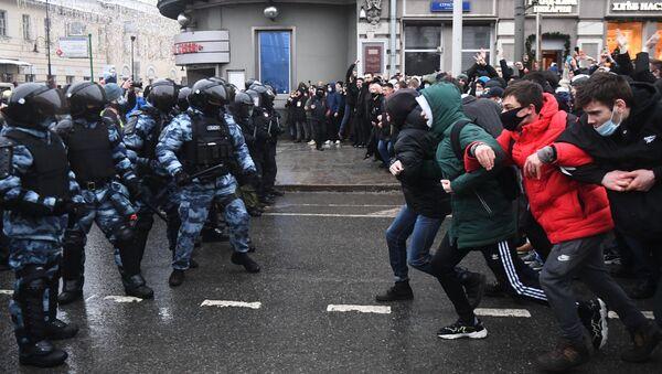 Miles de personas bloquearon una céntrica plaza de Moscú en una concentración no autorizada por las autoridades para expresar su rechazo al arresto del bloguero y opositor Alexéi Navalni. El mitin derivó en enfrentamientos entre algunos manifestantes y la Policía. - Sputnik Mundo