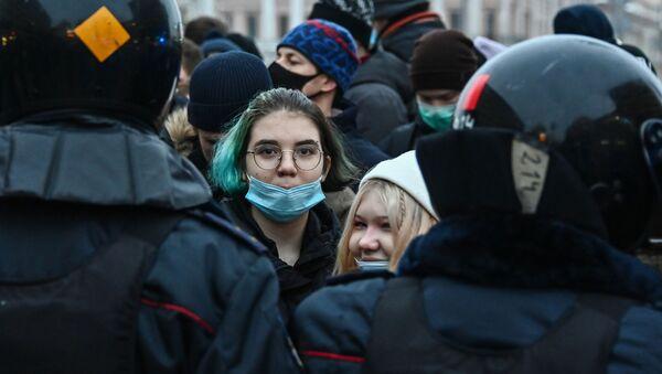 Participantes de las protestas no autorizadas en apoyo a Alexéi Navalni, Moscú, 23 de enero de 2021 - Sputnik Mundo