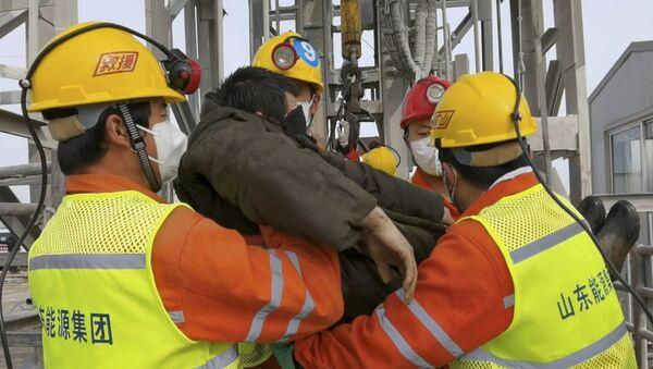 El rescate de mineros en Qixia, China - Sputnik Mundo