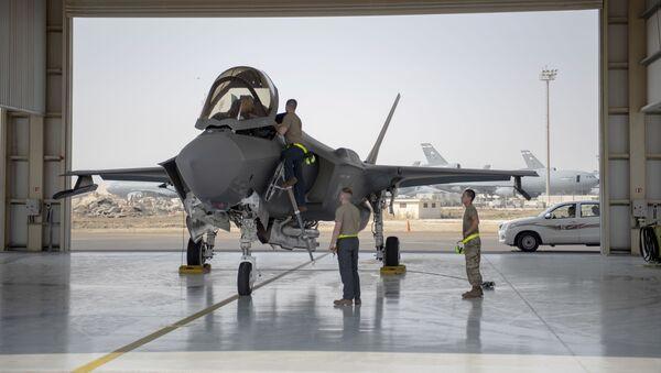 Un piloto de un caza F-35 y su tripulación se preparan para realizar una misión en una base aérea de los Emiratos Árabes Unidos - Sputnik Mundo
