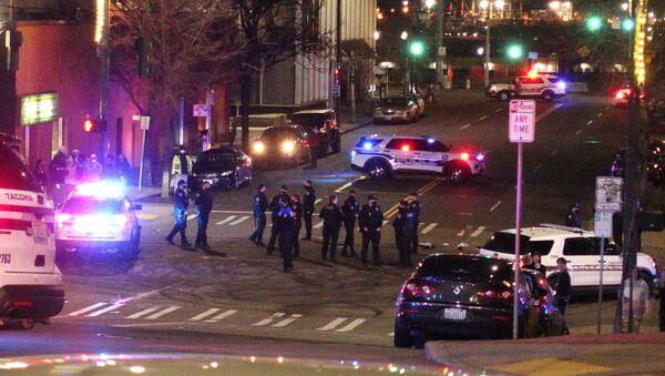 Varios policías de Tacoma en una intersección cerca del lugar donde se produjo el accidente - Sputnik Mundo