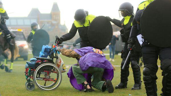 Protestas contra el 'encierro' en Ámsterdam - Sputnik Mundo