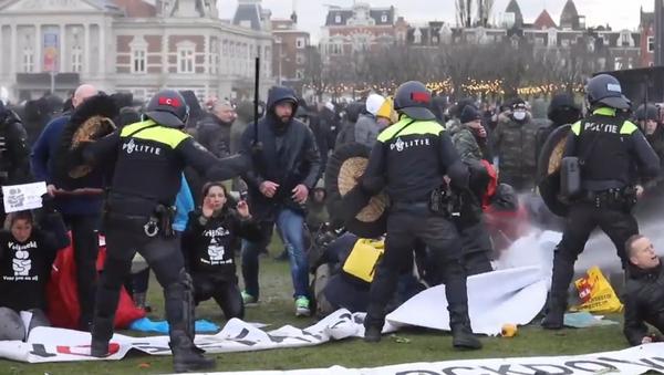 Decenas de detenidos en Ámsterdam tras choques entre policías y activistas anticonfinamiento - Sputnik Mundo