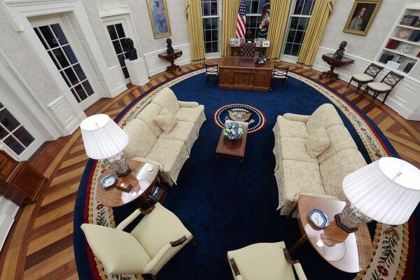 El mismo día de su investidura, el 20 de enero, Biden se puso a trabajar en el Despacho Oval luego de mudarse a la Casa Blanca. En la oficina se mantuvieron las cortinas que ya colgaban durante la Presidencia de Donald Trump, pero la alfombra 'beige' se cambió a una azul. Además, se quitó de la mesa principal un botón para pedir Coca-Cola Light, supuestamente instalado durante la Administración anterior. - Sputnik Mundo