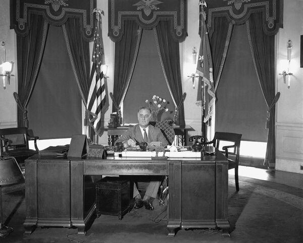 Así era el Despacho Oval hace casi 90 años, durante el mandato del presidente Franklin Roosevelt. La oficina, tal y como la conocemos actualmente, fue construida justamente durante una reforma llevada a cabo por el mandatario en 1933. - Sputnik Mundo