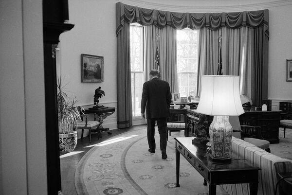 Gerald Ford mantuvo el escritorio Wilson durante su tiempo en la Casa Blanca. Durante su Administración, se agregó al Despacho Oval el reloj Seymour, el cual es hasta el día de hoy una de las pocas características constantes en la oficina, tras varias renovaciones.En la foto: Ford se prepara para dejar la Casa Blanca el último día de su Presidencia (1977). - Sputnik Mundo