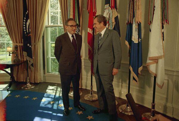 En su mandato, Richard Nixon prefirió utilizar el escritorio Wilson, tradicionalmente utilizado por los vicepresidentes. El mandatario eligió este mueble debido a que creía (equivocadamente) que el ex presidente Woodrow Wilson lo había utilizado.En la foto: Nixon recibe al secretario de Estado Henry Kissinger, después de que anunciara que había sido galardonado con el Premio Nobel de la Paz en 1973. - Sputnik Mundo