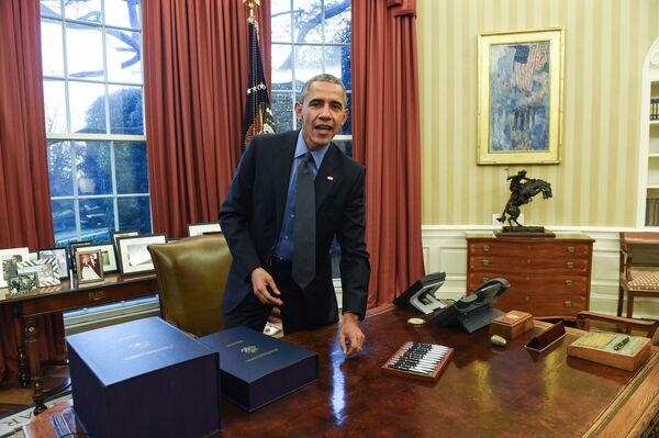 El Despacho Oval de Barack Obama durante su primer mandato fue decorado con colores amenos, posteriormente, se agregaron cortinas rojas.En la foto: Obama tras firmar unos documentos en el Despacho Oval (2015). - Sputnik Mundo