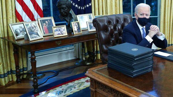 Президент США Джо Байден в Овальном кабинете в Белом доме, 2021 год  - Sputnik Mundo