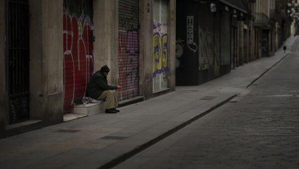 José Ramón, de 60 años, pide limosna en una calle vacía de Barcelona. - Sputnik Mundo