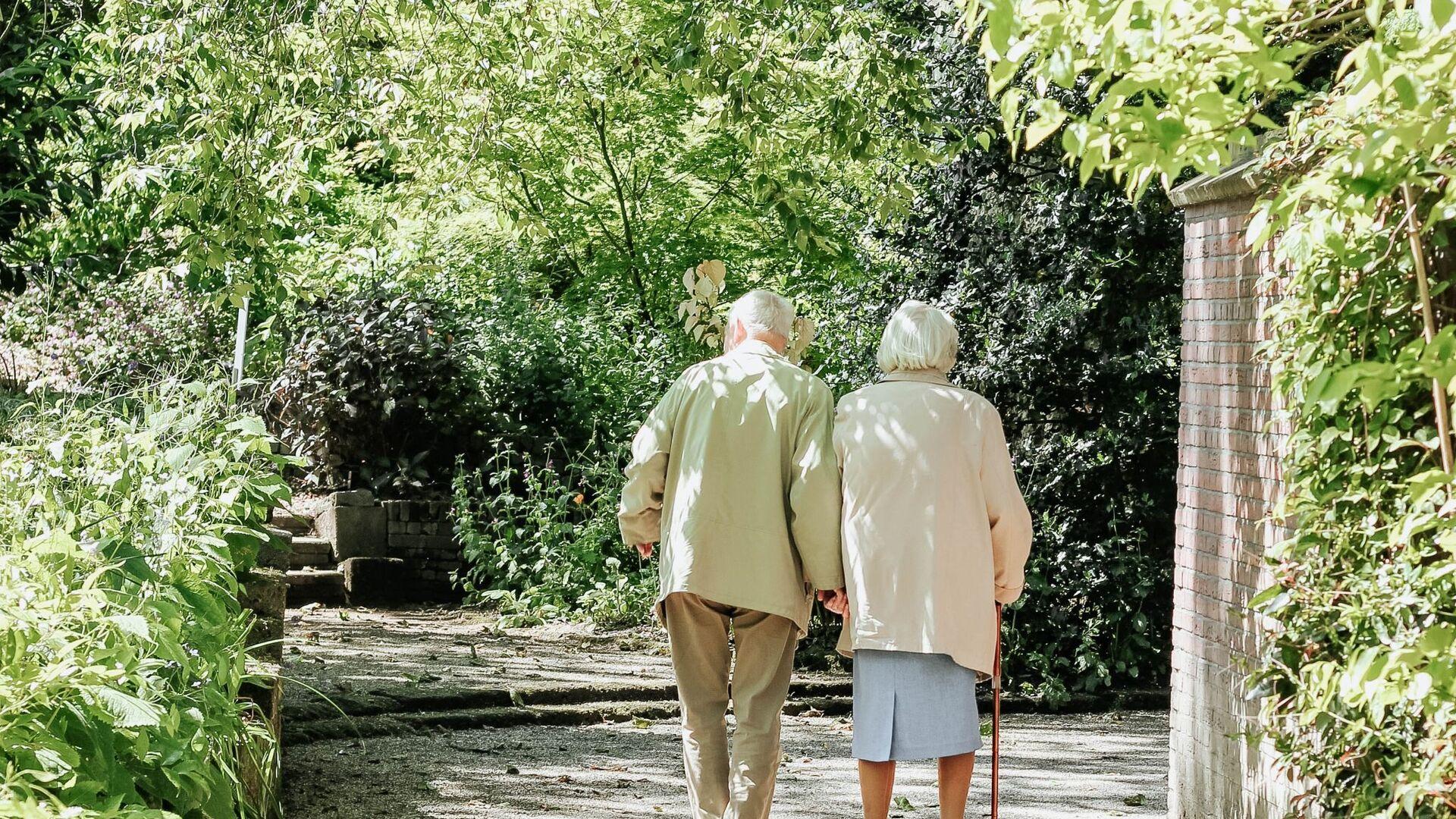 Una pareja de personas mayores - Sputnik Mundo, 1920, 25.01.2021