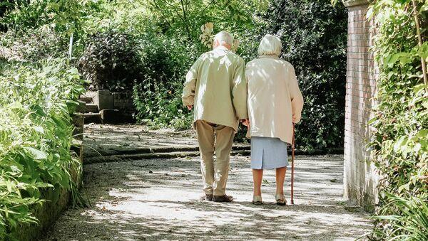 Una pareja de personas mayores - Sputnik Mundo