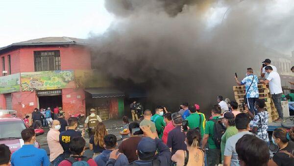 Incendio en La Vega, el principal mercado de frutas de Santiago - Sputnik Mundo