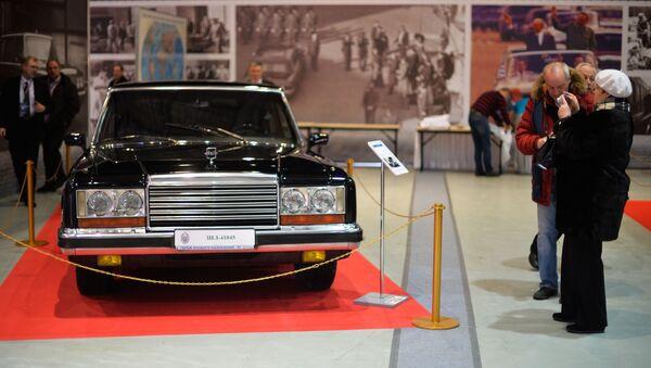 Un coche soviético ZIL-41045 - Sputnik Mundo