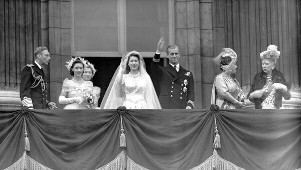 La reina Isabel II y el príncipe Felipe de Edimburgo durante el día de su boda - Sputnik Mundo
