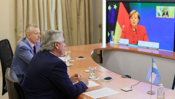 El presidente argentino, Alberto Fernández, y la canciller alemana, Angela Merkel, durante una videoconferencia - Sputnik Mundo