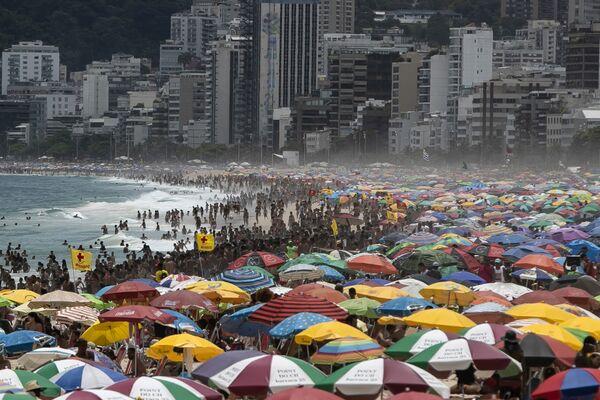 Miles de bañistas se agolpan en la playa de Ipanema en Río de Janeiro, el 24 de enero. - Sputnik Mundo