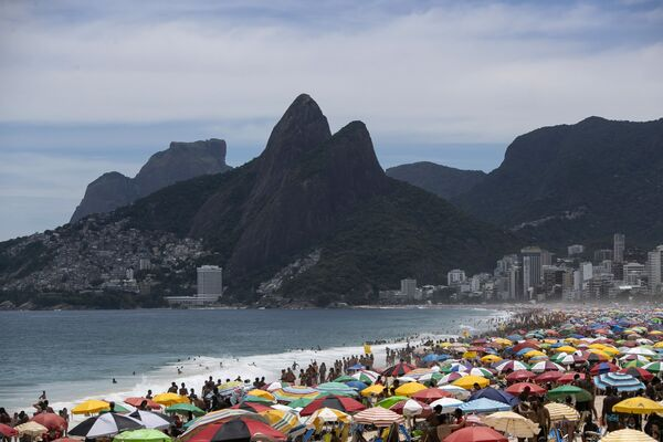Miles de bañistas ignoran los protocolos de distanciamiento social en la playa de Ipanema en Río de Janeiro, el 24 de enero. - Sputnik Mundo