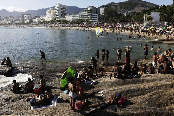 Arpoador, una playa ubicada entre Ipanema y Copacabana, también vio sus arenas llenarse de bañistas el 24 de enero de 2021. - Sputnik Mundo