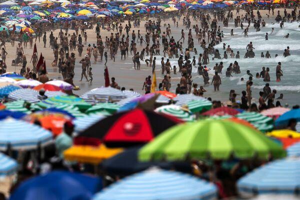 Pese a las restricciones para evitar la propagación del COVID-19, miles de personas decidieron ir a la playa de Ipanema en Río de Janeiro, el 24 de enero de 2021. - Sputnik Mundo