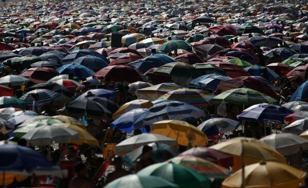 Numerosos parasoles llenan las arenas de la playa de Ipanema en Río de Janeiro, el 24 de enero. - Sputnik Mundo