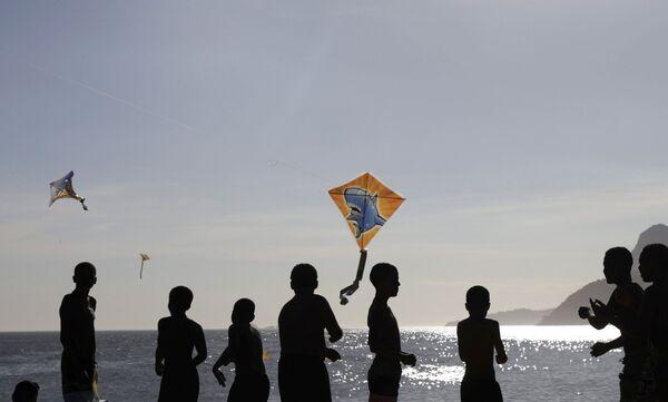 Unos niños vuelan cometas en la playa de Arpoador el 24 de enero de 2021. - Sputnik Mundo