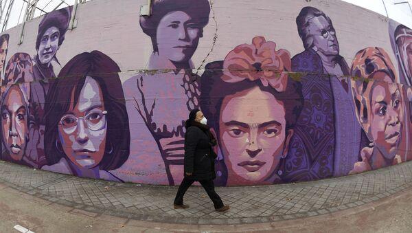 Una persona camina junto a un mural en homenaje a mujeres emblemáticas en Madrid  - Sputnik Mundo