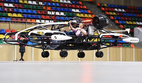El dron-taxi está pasando unas pruebas en el estadio Luzhnikí de Moscú. El vehículo, capaz de transportar pasajeros y carga en el aire, se pondrá en funcionamiento en 2025. - Sputnik Mundo