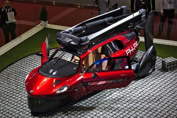 Hoy en día, a nadie le sorprende la idea de un coche volador. Existen incluso fábricas que producen aviones con las alas plegadas y aptos para la vía pública. En la foto: el auto volador PAL-V en el Salón del Automóvil de Ginebra de 2018.  - Sputnik Mundo