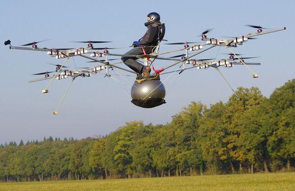 En 2011, tuvo lugar el primer vuelo tripulado de un helicóptero eléctrico de la empresa alemana e-volo. El vuelo duró un minuto y medio.  - Sputnik Mundo