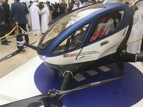 Un dron taxi EHang 184 en Dubái, 2017. - Sputnik Mundo