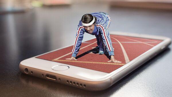 Imagen referencial de una chica entrenando a través de un teléfono móvil - Sputnik Mundo
