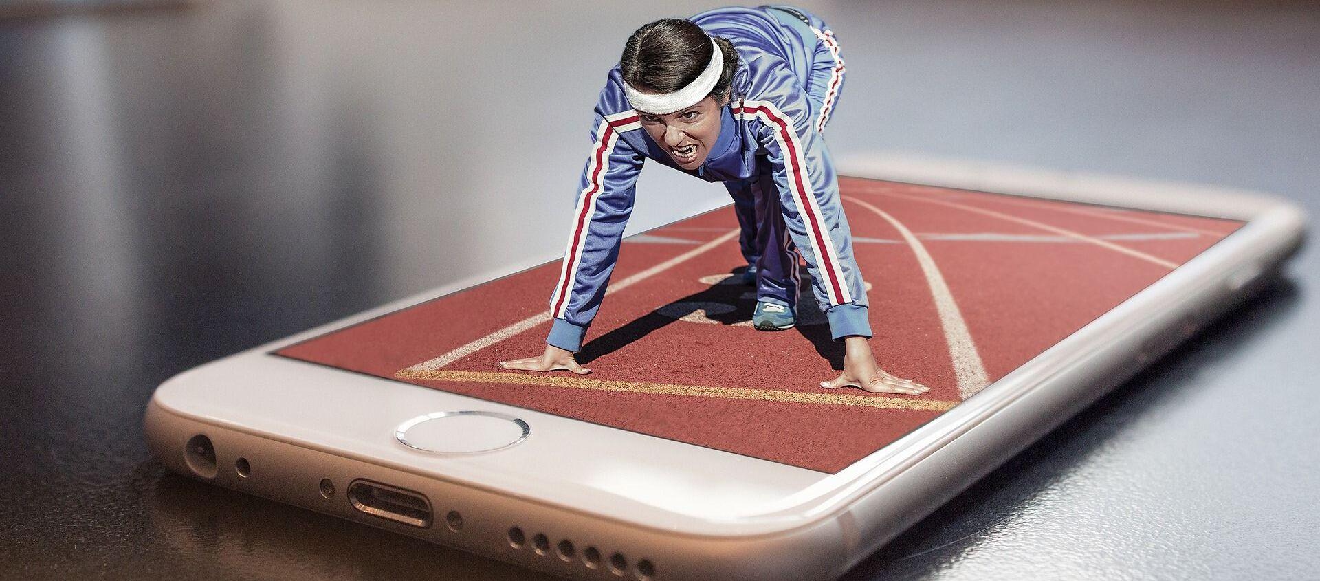Imagen referencial de una chica entrenando a través de un teléfono móvil - Sputnik Mundo, 1920, 26.01.2021